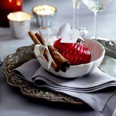 Weihnachtliche und elegante Tischdeko. Noch mehr Ideen gibt es auf www.Spaaz.de