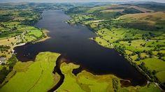 Aerial view of Bala Lake Interessante websites om een reis naar Wales voor te bereiden.