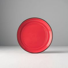 Stylish red saucer from the collection ColourBlock perfectly supplements your mug from the same collection. Red Plates, Bowl Set, Europe, Japan, Mugs, How To Make, Tumblers, Mug, Japanese