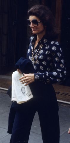 Jacqueline Kennedy Onassis with newspaper to read. London, Fourth of July, 1976. The classic Jacqueline Kennedy Onassis sunglasses style is still the last word in effortless chic. In 1976, she was hired by Viking Press to be a book editor.