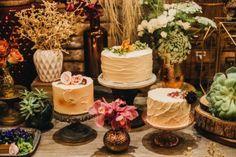 Trio de bolos da Soul Sweet na mesa de doces no Celeiro Quintal. #decoraçãodecasamento #weddingdecor #bolodecasamento