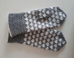Dye yarn in microwave oven. Fingerless Mittens, Knit Mittens, Knitted Gloves, Knitting Socks, Knitting Charts, Knitting Patterns, Crochet Patterns, Wrist Warmers, Knitting Accessories