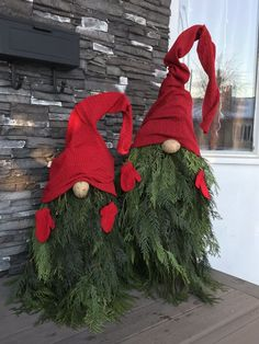 Check out these amazing Front Porch Christmas Decorating Ideas with outdoor lanterns, Christmas lights, holiday wreaths and garlands. So take your outdoor Christmas decorations to the next level with these amazing ideas! Burlap Christmas, Christmas Porch, Christmas Gnome, Christmas Lights, Christmas Crafts, Christmas Branches, Tomatoe Cage Christmas Tree, Outdoor Christmas Trees, Cheap Christmas