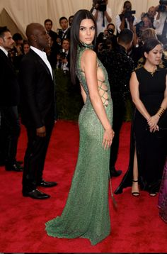 Kendall Jenner wowed in green at Tuesday's glamorous Met Gala in NYC. Last year, Kendall made her Met Gala debut in a light pink gown, and this year, she went Kendall Jenner Met, Kendall Jenner Outfits, Kendall And Kylie, Sexy Dresses, Gala Dresses, Nice Dresses, Prom Dress, Kardashian Kollection, Khloe Kardashian