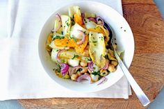 Ik ben dol op lunchsalades zoals deze! Voor wat meer pit deed ik nog gruyère door. Maar stel je deze salade ook eens voor met zwarte olijven of avocado. Ideaal ommee te nemen naar je werk. Maar bijvoorbeeld ook heerlijk als bijgerecht bij kip. Dragon heeft een licht anijsachtige smaak. En met sinaasappel heb je …