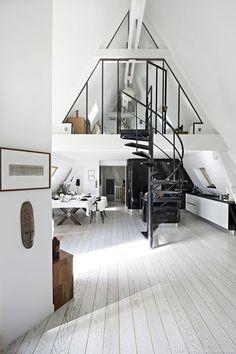 Visite aujourd'hui d'un superbe hôtel particulier du 20ème arrondissement de Paris, rénové en loft sous les toits. Il se compose d'une mezzanine habillée d'un vitrage style atelier, ou l'on trouve la chambre : nichée sous les poutres apparentes de la charpente, elle est toute blanche et très cosy, son sol est recouvert d'épais tapis en poils tandis que les murs abritent une jolie bibliothèque. A côté, la salle de douches, carrelée de mosaïques.. En descendant l'escalier, pièce maîtresse du…