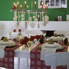 Are you ready for some fancy Christmas table decorations? Check how you can create an inviting Christmas table for your loved ones! Elegant Christmas Centerpieces, Christmas Arrangements, Christmas Table Settings, Christmas Tablescapes, Christmas Table Decorations, Holiday Tables, Holiday Decor, Christmas Chandelier, Christmas Lights