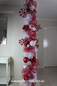 Warm & Festive Red and White Christmas Decor Ideas - Hike n Dip Give your Christmas decoration a festive touch. Try the classic Red and white Christmas decor. Here are Red and White Christmas decor ideas for you. Noel Christmas, Winter Christmas, Christmas Wreaths, Outdoor Christmas, Christmas Sleighs, Christmas Stairs, Candy Cane Christmas Tree, Purple Christmas, Burlap Christmas