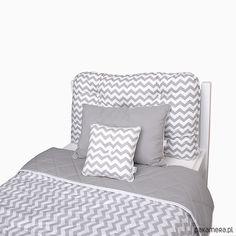 Pikowana poducha na wezgłowie łóżka, szaro-biała w zygzaki. Poducha doskonale spełnia funkcję miękkiego oparcia łóżka, oraz funkcję dekoracyjną. Doskonale komponuje się z innymi produktami firmy Roomee Decor. Posiada poszewkę zamykaną na suwak, oraz gotowy wkład. Pikowana g...