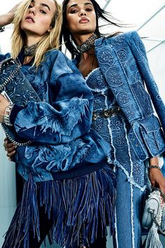The complete Balmain Resort 2018 fashion show now on Vogue Runway. Big Fashion, Denim Fashion, Look Fashion, Fashion Show, Womens Fashion, Fashion Trends, Street Fashion, Runway Fashion, Fashion Outfits