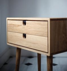 Los tableros de roble que usamos son hechas por nosotros con maderas seleccionadas de roble envejecido con la cantidad correcta de humedad. Después de seleccionar las más hermosas vetas, lijamos y lijamos ,luego lo potenciamos con aceite natural y cera, el acabado es maravilloso.  - Piezas blancas (si los hay) están hechos de DMF tablero lacado en pintura blanca de alta resistencia.  -Fondo De cajones y las partes posteriores de los marcos en madera contrachapada.  -Las patas están hechas de…