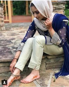 What is Your Painting Style? How do you find your own painting style? What is your painting style? Simple Pakistani Dresses, Pakistani Fashion Casual, Pakistani Dress Design, Salwar Designs, Blouse Designs, Trousers Women, Pants For Women, Clothes For Women, Salwar Pants