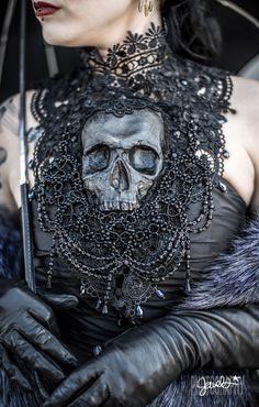 Goth gone LUXE with sparkle, faux fur, and rich reds at this goth wedding inspiration - scull - Gothic Dark Fashion, Gothic Fashion, Steampunk Fashion, Emo Fashion, Steampunk House, Gothic Steampunk, Dark Beauty, Gothic Beauty, Offbeat Bride