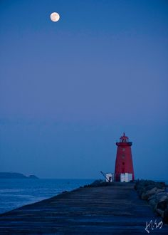 A Full Moon rising over Poolbeg #Lighthouse on a very cold February evening    http://dennisharper.lnf.com/