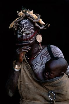 Ethiopia, Omo val­ley, Mursi, labret, mother and child| © Patrick de WILDE