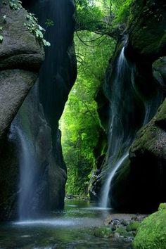 #九州 #大分 #Nature 由布川渓谷(大分県)は、深さ20~60mのV字の渓谷が約12kmも続く絶景の地。なめらかな岩肌や、幾筋も糸のように流れ落ちる繊細な水の流れは、ため息が出るほど美しいそうです。渓谷の上にかかる吊り橋からの眺めも素晴らしい♪