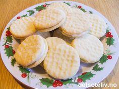 """""""Fingerkremkjeks"""" er enda en av svigermors spesialiteter og er vel også en av de kakene hun selv liker aller best. Kakene består av deilige småkaker som legges sammen to og to med litt stiv melis- og sitronkrem. """"Fingerkremkjeks"""" bakes typisk til jul og blir lette og litt sprø. Jeg har også sett at kakene kalles for """"Saudakjeks"""" - og det overrasker meg ikke, for svigermor kommer jo fra Sauda. Oppskriften gir 35 stk. PS: Kakene på bildet er laget av svigermor selv..."""