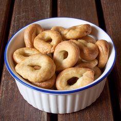 I taralli calabresi ai semi di finocchio sono una variante della tradizionale ricetta aromatizzati, appunto, con i semi di finocchio