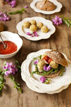 Hamburguesas de falafel de pistachos con mermelada de tomate