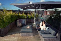 Parasol, loungebanken met buitenkussens, wat lekker dicht begroeide bamboe eromheen. Tip: als je de hele week hard gewerkt hebt; blijf eens een dagje heerlijk thuis in je eigen buitenkamer.