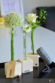 Sie sind ein wunderschönes, dekoratives und persönliches Mitbringsel: Vasen aus Reagenzgläsern. KIELerLEBEN zeigt gemeinsam mit Homestaging-Profi Heinke Koriath, wie es geht. Little Gifts, Wood Crafts, Diy Crafts, Floral, Goodies, Decoration, Presents, Candles, Design