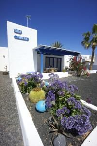 Timfay Corralejo Featuring a garden, terrace and free Wi-Fi throughout, Timfay is located in Corralejo. The beach, restaurants and bars are 50 metres away. The house includes a sofa and flat-screen TV. Wi Fi, Terrace, Restaurants, Spain, Villa, Hotels, Beach, Garden, Plants
