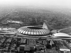 Vue aérienne du stade olympique en construction, angle du boulevard Pie-IX et de la rue Sherbrooke (vers 1970) / Archives de la Ville de Montréal