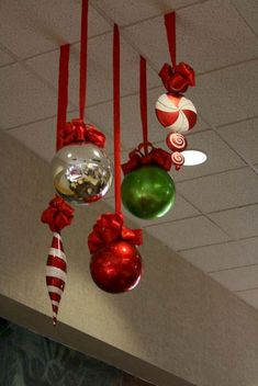 60 Beautiful Outdoor Christmas Decoration Ideas - Happy Christmas - Noel 2020 ideas-Happy New Year-Christmas Office Christmas Party, Noel Christmas, Simple Christmas, Christmas Bulbs, Christmas Crafts, Christmas Decoration For Office, Large Christmas Ornaments, Classroom Christmas Decor, Classroom Ideas