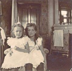 Maria & Anastasia Nikolaevna in Peterhof, 1906