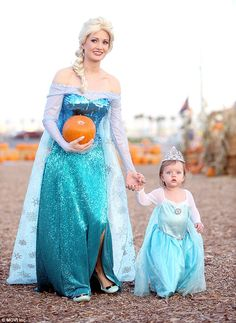 Elsa for Halloween: Holly Madison and daughter Rainbow Aurora wear matching Frozen costumes to Las Vegas pumpkin patch