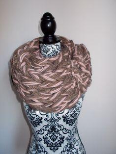 Sciarpa infinity arm knitting  col. cipria e di Armonieinlilla