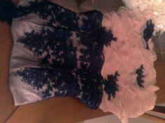 corset over bust, na cor rosa com aplicação de rendas no tule. Saia de babados assimétricos