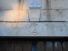Placa que recuerda al alcalde hermano del pintor Florencia Maillo sobre dintel con inscripciones.