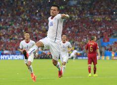 El jugador de Chile, Charles Aránguiz, festeja un gol contra España en el Mundial el miércoles, 18 de junio de 2014, en Río de Janeiro. (AP Photo...