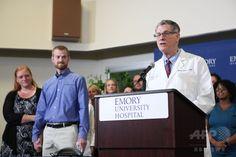米ジョージア(Georgia)州アトランタ(Atlanta)のエモリー大学病院(Emory University Hospital)で、ケント・ブラントリー(Kent Brantly)医師(左から2人目)の退院を発表するエモリー大学病院感染症科のブルース・リブナー(Bruce Ribner)科長(右)。左はブラントリー医師の妻、アンバー・ブラントリー(Amber Brantly)さん(2014年8月21日撮影)。(c)AFP/Getty Images/Jessica McGowan ▼22Aug2014AFP|エボラ感染の米国人2人が退院 http://www.afpbb.com/articles/-/3023733