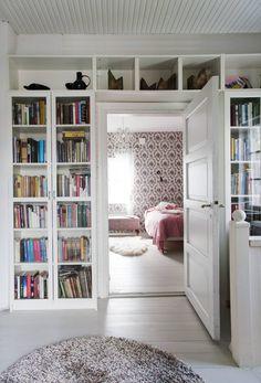 Yläkerran aulan kirjahyllyt ovat Ikean Billy-sarjaa. Siirin huone on heti portaiden yläpäässä. Seinissä Pihlgren ja Ritolan mustavalkoinen Rokokoo-tapetti. Bookcase, Ikea, Scandinavian Interiors, Shelves, Interior Design, Hallways, Kitchen, House, Home Decor