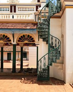 The region of Chettinad has a number of beautiful, historic mansions. Recently, owners have been restoring them to their former glory. Village House Design, Village Houses, Indian Architecture, Modern Architecture House, Chettinad House, House Plants Decor, Traditional House Plans, Grand Homes, Mansions Homes