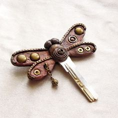 using key to make dragonfly great website. used zipper pulls etc. to make dragonflies Zipper Jewelry, Key Jewelry, Punk Jewelry, Leather Jewelry, Leather Craft, Jewelry Crafts, Jewelry Making, Jewlery, Fimo Clay