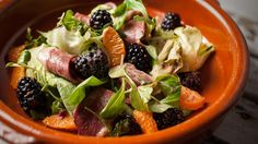 Salade de magret fumé, vinaigrette à l'avocat Fruit Salad, Salad Recipes, Beef, Food, Chopped Salads, Smoking, Recipes, Meat, Fruit Salads