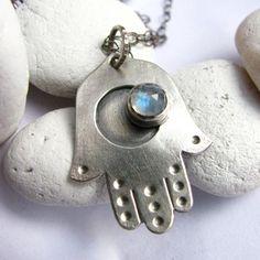 Pequeño plata collar Hamsa - Metalsmith Silver Jewelry - collar de piedra de luna arco iris - mano de Fátima collar - joyería simbólica