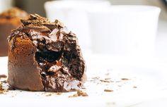 lava ciasto / czekolada 4 porcje      Składniki   150 g czekolady + 8 kostek czekolady do wykorzystania później 80 g masła 2 łyżki śmietany kremówki 2 jajka 2 łyżki mąki szczypta soli        Tabliczkę czekolady topimy w kąpieli wodnej razem