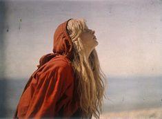 En 1913, Mervyn Joseph Pius O'Gorman retrató así a su supuesta hija, Christina, usando el autocromo, una de las técnicas más primitivas de la fotografía a color