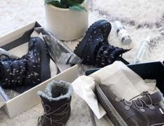 How to Store Winter Boots and Shoes for Summer – 6 Steps Clean Suede Shoes, How To Clean Suede, How To Stretch Shoes, How To Make Shoes, Sneakers Looks, Best Sneakers, Winter Shoes, Summer Shoes, Stinky Shoes