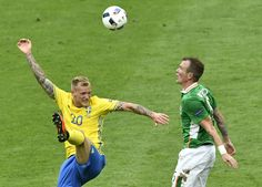 Sweden's forward John Guidetti (L) and Ireland's midfielder Glenn Whelan vie for the ball during the Euro 2016 group E football match between Ireland and Sweden at the Stade de France stadium in Saint-Denis on June 13, 2016. / AFP / PHILIPPE LOPEZ