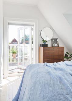 """""""Vores hjem er ikke så stort, så vi har sørget for at rummene kan bruges til flere ting"""" """"Vores hjem er ikke så stort, så vi har sørget for at rummene kan bruges til flere ting"""" Ikea Bedroom, Bedroom Inspo, White Bedroom, My New Room, My Room, By Lassen, Decor Room, Style At Home, New Homes"""