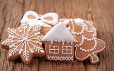 Christmas cookies are loved by everyone and a great way in which the whole family can spend some quality time this festive season is baking some delicious cookies. Baking Christmas cookies together… Gingerbread Ornaments, Christmas Gingerbread, Rustic Christmas, Gingerbread Cookies, Gingerbread Houses, Cute Christmas Cookies, Holiday Cookies, Holiday Treats, Kinds Of Cookies