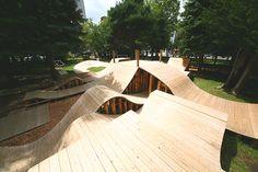 jeux en bois par Jun Igarashi + YCAM interlaboratoires ondule à travers le parc de Sapporo