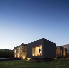 Construído na 2015 na Paredes, Portugal. Imagens do Fernando Guerra | FG+SG. A Casa do Vigário é um projeto específico e sensível, que remonta a 2008 e concluído no início de 2015.  Na Casa do Vigário a arquitetura é tanto...