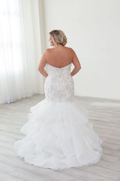 cd8cee898b4 Show off your curves!! Beaded Justin Alexander wedding dress. Fitted