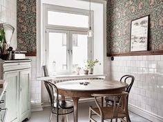 I recently stumbled upon a Swedish Real Estate website that dropped my jaw Scandinavian Kitchen Design is off the charts awesome! Let's bring this look home William Morris Wallpaper, Morris Wallpapers, William Morris Tapet, Floral Wallpapers, Dining Area, Kitchen Dining, Dining Room, Bistro Kitchen, Kitchen Cart